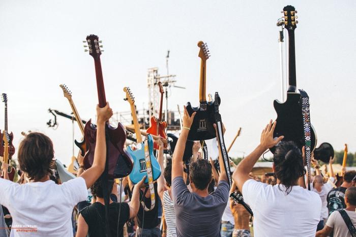 Guitars In Air Rockin 1000
